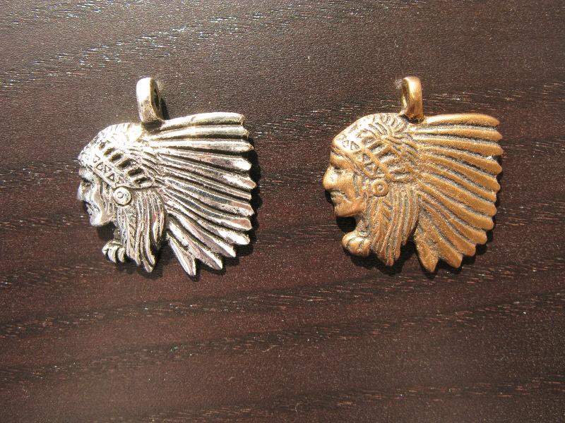 Anhänger Indianerkopf mit Federhaube, versilbert od. Bronze